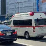 池袋駅前を緊急走行する救急車