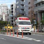 【救急車】中央分離帯の切れ目から反対車線を逆走する緊急走行中の救急車