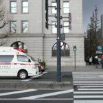 【救急車】赤信号の交差点で無理をしない!?青信号に変わるまで先頭で信号待ちする緊急走行中の救急車