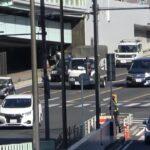 お巡りさんナイス!誰が見ても違法な車線変更をしたミニバン運転手が警察官に捕まる瞬間!間違えたならどっかで迂回すれば良いじゃん…