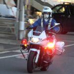 直進車両の切れ目を見極め命懸けの横断!!!白バイが緊急走行で違反車を追跡し検挙した痺れる瞬間!!!Japanese Police motorcycle