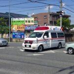 リモートサイレンを鳴らし交差点内に進入する救急車