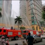 路上を走る当番の消防車