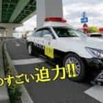 一瞬で赤信号渋滞を突っ切ってしまう日本警察パトカーが、ものすごい迫力! The police car is incredibly powerful!