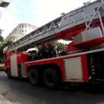 多くの消防士は大きな道で走ります