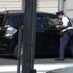 緊急事態宣言中の都内に千葉からお越しの運転手が自ら事故のリスクを冒してまで信号無視した結果、警察官に笛を鳴らされ捕まる瞬間
