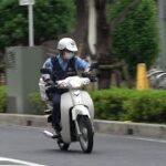 これが埼玉の白バイだ!対向車が歩行者に進路を譲ってるのに立ち止まらせてまで通行を妨害した危険な運転手が横断歩行者等妨害等違反でスーパーカブ警察官に捕まる瞬間!
