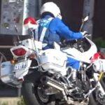 安全確認はしたのにうっかり赤信号を見落とした運転手を白バイが熱い緊急走行で追跡!【白バイの交通取締り】