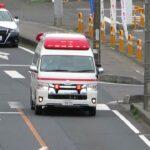 【連携プレー】緊急走行中の救急車に進路を譲るパトカー Japanese police car that prioritizes the passage of ambulance.