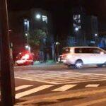 沖縄市胡屋十字路で暴走族が一般車両と事故って当て逃げ現場に緊急走行現着する沖縄警察のパトカー