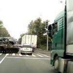 「交通事故と煽り運転」 戦車がドリフトして一般車にぶつかる