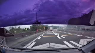 [事故]ワンボックス横転事故(高速道路) 緊急走行で現場に向かう消防車2台と救急車2台