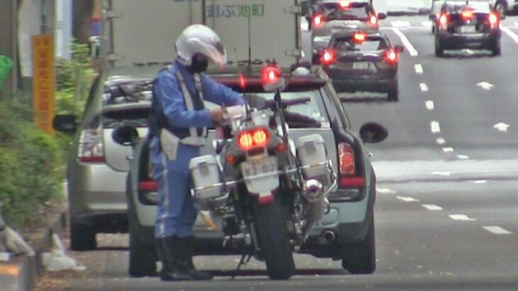 交番前で待つ白バイ!直進↑信号で左折したベンツにMINI…緊急走行で2台を検挙する4交機女性隊員