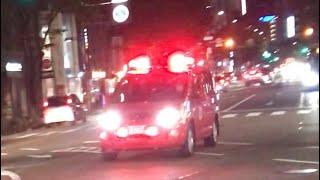 繁華街を緊急走行する消防指揮車