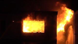 恐怖の火災現場!消防車緊急大出動、激しい炎と爆発音!消防士消火活動