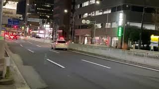 [緊急走行]パトカーの積極的なマイクパフォーマンスで青信号を颯爽と駆け抜ける!